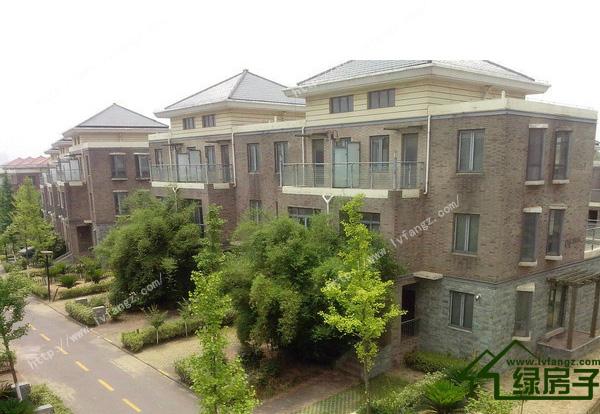 武汉是受热岛效应影响的现代化城市,夏季气候炎热,冬季湿